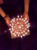 Взгляд сверху именниного пирога с свечами в темноте Стоковые Изображения