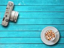 Взгляд сверху камеры и кофе на деревянном Стоковые Фото