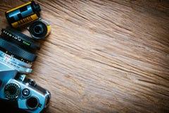 Взгляд сверху камеры с кренами фильма на деревянном поле Стоковые Фото