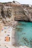Взгляд сверху каное на пляже Tsigrado в Milos острове, Киклады, Стоковые Изображения