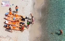 Взгляд сверху каное на пляже Tsigrado в Milos острове, Киклады, Стоковые Фото