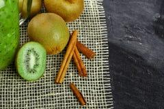 Взгляд сверху кивиов Зеленый киви отрезал в половине и циннамоне на серой предпосылке Плодоовощи вполне витаминов Здорово Стоковые Фотографии RF