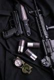 Взгляд сверху кожухов оружия, ножа, винтовки, компаса и раковины Стоковые Фото