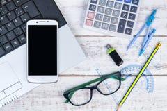 Взгляд сверху компьтер-книжки, калькулятора, стекел, карандаша, правителя, smartpho Стоковое Изображение