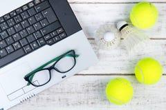 Взгляд сверху компьтер-книжки, спортивного инвентаря, теннисного мяча, Shuttlecock a Стоковые Изображения RF