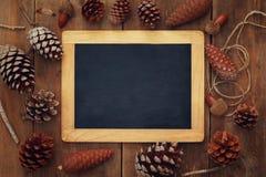 Взгляд сверху конусов сосны и пустого классн классного Стоковые Изображения