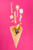 Взгляд сверху конца-вверх вкусного кудрявого конуса waffle и смешивание очень вкусных помадок Стоковые Изображения RF