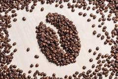 Взгляд сверху конца-вверх символа кофейного зерна сделанного от зажаренных в духовке зерен кофе Стоковая Фотография RF