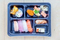 Взгляд сверху коробки Того бенто пластичной, смешанного nigiri и сортированного s Стоковое Фото