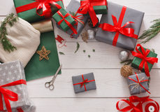 Взгляд сверху коробок подарка на рождество на белой деревянной предпосылке Стоковое Изображение RF
