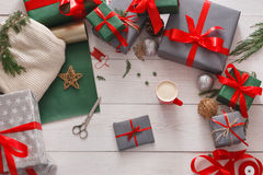 Взгляд сверху коробок подарка на рождество на белой деревянной предпосылке Стоковые Фотографии RF