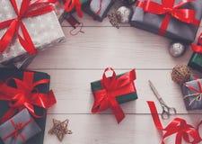 Взгляд сверху коробок подарка на рождество на белой деревянной предпосылке Стоковые Изображения