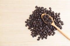 Взгляд сверху кофейных зерен и деревянной ложки Стоковые Фото