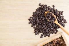 Взгляд сверху кофейных зерен на деревянной ложке Стоковое Изображение