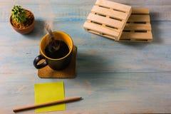 Взгляд сверху кофе на деревянном столе Стоковое фото RF