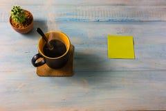 Взгляд сверху кофе на деревянном столе Стоковые Изображения RF
