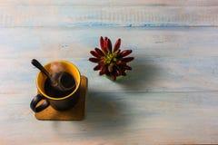 Взгляд сверху кофе на деревянном столе Стоковое Изображение