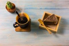 Взгляд сверху кофе на деревянном столе Стоковые Фотографии RF