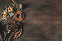 Взгляд сверху кофе с фасолями и желтым сахарным песком Стоковая Фотография RF