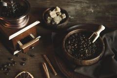 Взгляд сверху кофе с фасолями и желтым сахарным песком Стоковая Фотография