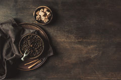 Взгляд сверху кофе с фасолями и желтым сахарным песком Стоковые Изображения RF