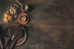 Взгляд сверху кофе с фасолями и желтым сахарным песком Стоковые Фото