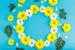 Взгляд сверху красивого флористического венка с желтыми и белыми цветками Стоковые Фото