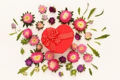 Взгляд сверху красивых цветков и красной подарочной коробки сердца Стоковое фото RF