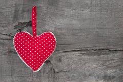 Взгляд сверху красного цвета поставило точки украшение сердца на деревянной предпосылке - c Стоковая Фотография RF