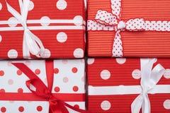 Взгляд сверху красных и белых подарочных коробок с красным и белым ri сатинировки Стоковое Изображение