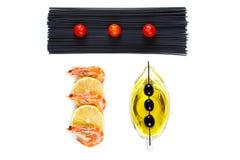 Взгляд сверху креветки с лимоном и макаронными изделиями с томатами Стоковое Изображение