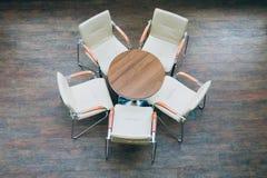 Взгляд сверху круглого стола и стульев Стоковые Фотографии RF