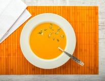 Взгляд сверху крупного плана супа тыквы cream стоковые фото