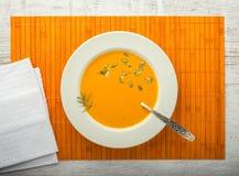 Взгляд сверху крупного плана супа тыквы cream стоковые фотографии rf