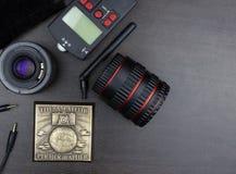 Взгляд сверху крупного плана фотографического оборудования на коричневой плате Стоковая Фотография RF