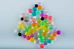 Взгляд сверху Куча шариков гидрогеля лежала на белой предпосылке стоковые фото