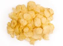 Взгляд сверху кучи закусок картошки изолированной на белизне Стоковое фото RF