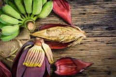 Взгляд сверху культивировало банан и цветение банана на таблице Стоковые Изображения