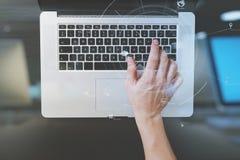 взгляд сверху клавиатуры бизнесмена печатая с портативным компьютером дальше Стоковое Изображение RF