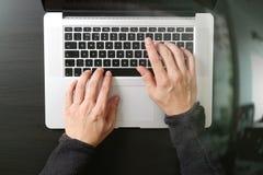 взгляд сверху клавиатуры бизнесмена печатая с портативным компьютером дальше Стоковые Фото