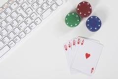 Взгляд сверху клавиатуры рядом с обломоками и карточками покера Стоковые Изображения