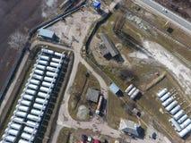 Взгляд сверху малой фермы танка Хранение топлива и смазок стоковые изображения