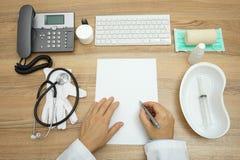 Взгляд сверху медицинского заключения сочинительства доктора стоковые фото
