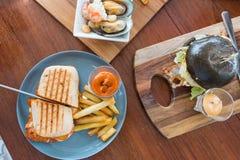 Взгляд сверху много очень вкусная еда на деревянной таблице Стоковое Изображение RF