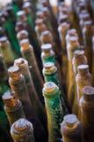 Взгляд сверху много старого бутылок вина, вертикальный состав Стоковое Фото