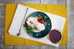 Взгляд сверху мороженого Фантастический десерт с ягодами и мятой Сок виноградины и мороженое и бокал вина на a Стоковые Фотографии RF