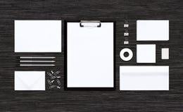 Взгляд сверху модель-макета шаблона для клеймя идентичности на черной таблице Стоковые Фотографии RF