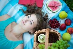 Взгляд сверху молодой красивой женщины с корзиной пикника, плодоовощами и Стоковые Изображения RF
