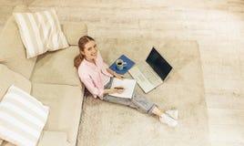 Взгляд сверху молодой милой девушки изучая дома Стоковое Изображение RF