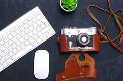 Взгляд сверху мыши ручки графического дизайна офиса с мышью компьтер-книжки беспроволочной и винтажной старой камеры на таблице Г Стоковые Фотографии RF